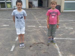 Marius et Maël posent à côté de leur oeuvre.
