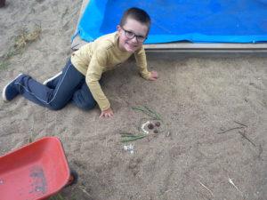« Pour moi, je voulais créer quelque chose avec des éléments que l'on ne trouve que dans la nature, pour que ce soit unique » déclare Lorenzo, un des enfants a fait un bonhomme sur le sable.